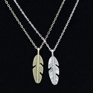 Halsband med fjäderhänge i antikt silver / brons