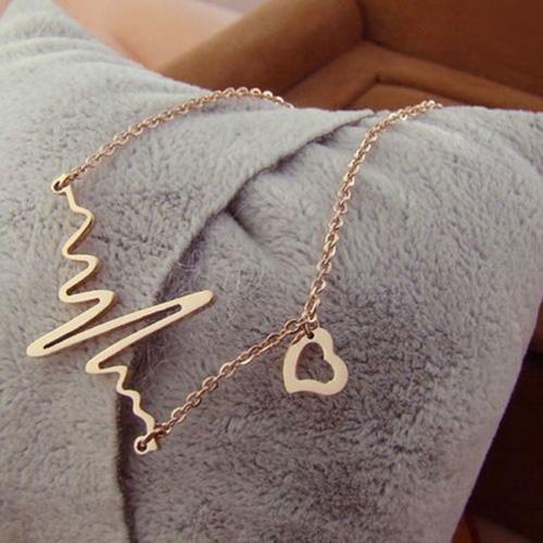 """Halsband """"heartline"""" i guld med litet hjärta"""