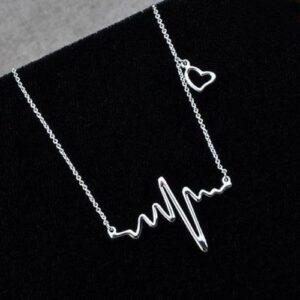"""Halsband """"heartline"""" i silver med litet hjärta"""