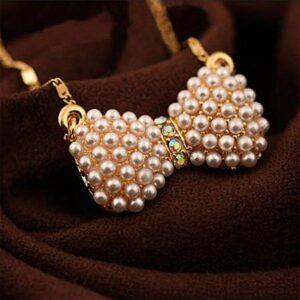 Halsband i guld med liten pärlklädd